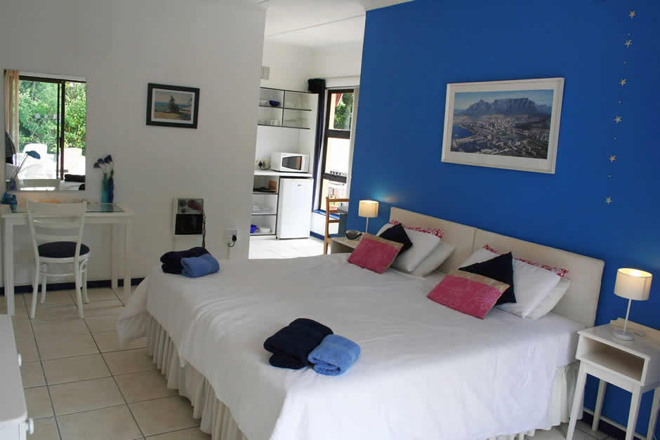quinns-holiday-gallery-blue-room-1